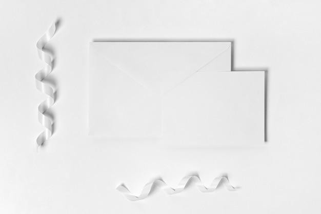 Bovenaanzicht stukjes papier met linten