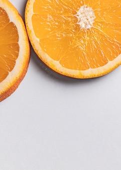 Bovenaanzicht stukjes sinaasappel met kopie ruimte