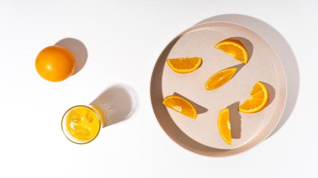Bovenaanzicht stukjes sinaasappel op plaat