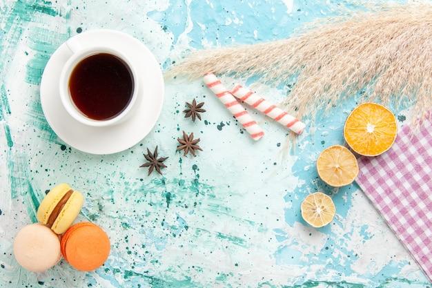 Bovenaanzicht suiker koekjes met franse macarons op blauwe achtergrond