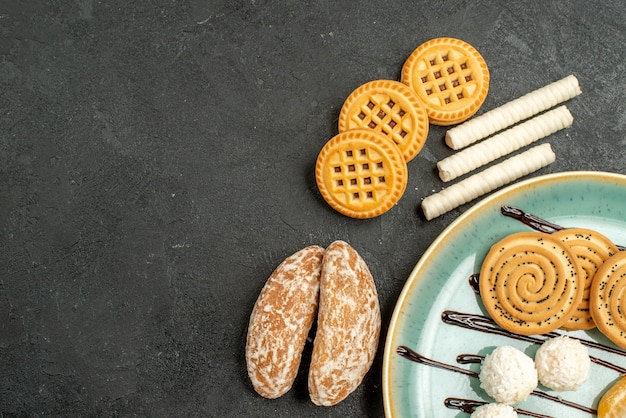 Bovenaanzicht suiker koekjes met koekjes op grijze achtergrond