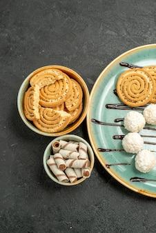 Bovenaanzicht suiker koekjes met snoepjes op grijze achtergrond