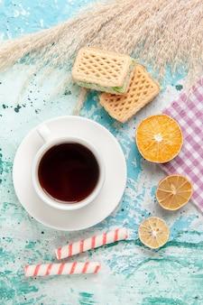 Bovenaanzicht suiker koekjes met wafels op de blauwe achtergrond