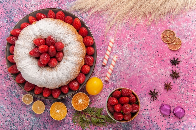 Bovenaanzicht suiker poedertaart aardbeientaart met citroen op lichtroze