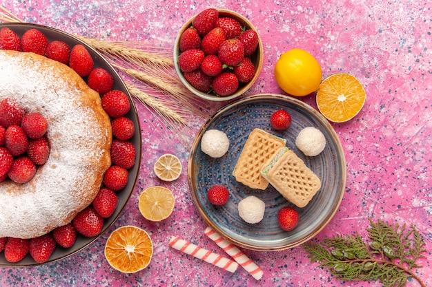 Bovenaanzicht suiker poedertaart aardbeientaart met wafels op de roze