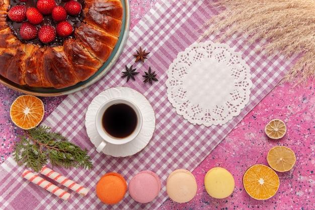 Bovenaanzicht suiker poedertaart aardbeientaart op de roze