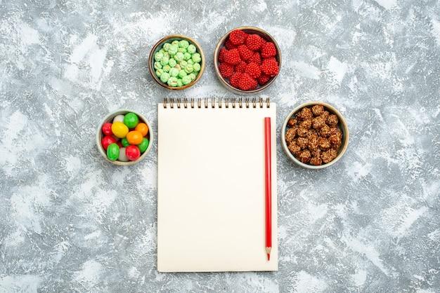 Bovenaanzicht suikersuikergoed met noten op lichte achtergrond notensuikergoed zoet