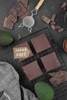 Bovenaanzicht suikervrije avocado-brownies
