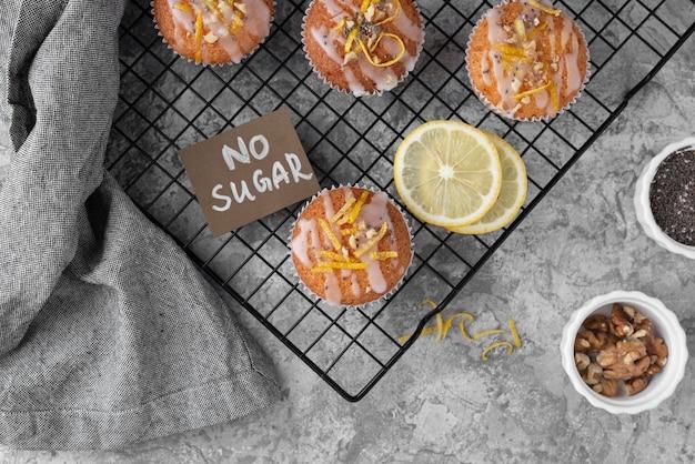 Bovenaanzicht suikervrije muffins arrangement