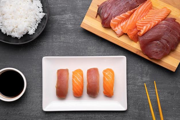 Bovenaanzicht sushi arrangement op plaat
