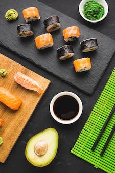 Bovenaanzicht sushi arrangement