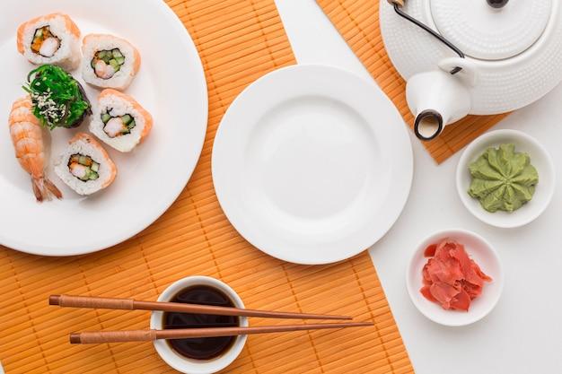 Bovenaanzicht sushi dag concept met sojasaus