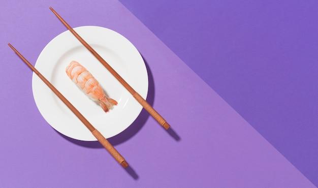 Bovenaanzicht sushi en eetstokjes met kopie ruimte
