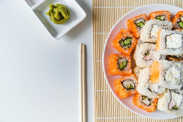 Bovenaanzicht sushi plaat met wasabi