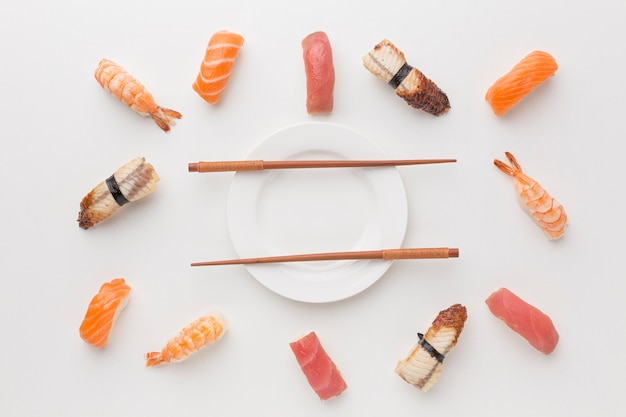 Bovenaanzicht sushi selectie met stokjes op tafel
