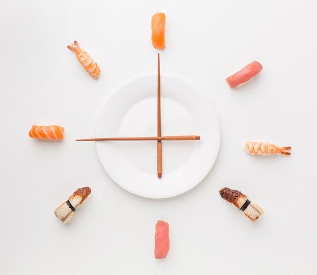 Bovenaanzicht sushi selectie met stokjes