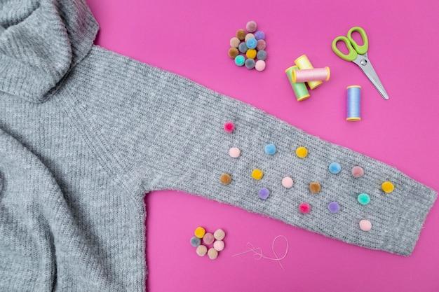 Bovenaanzicht sweater en kleurrijke knopen