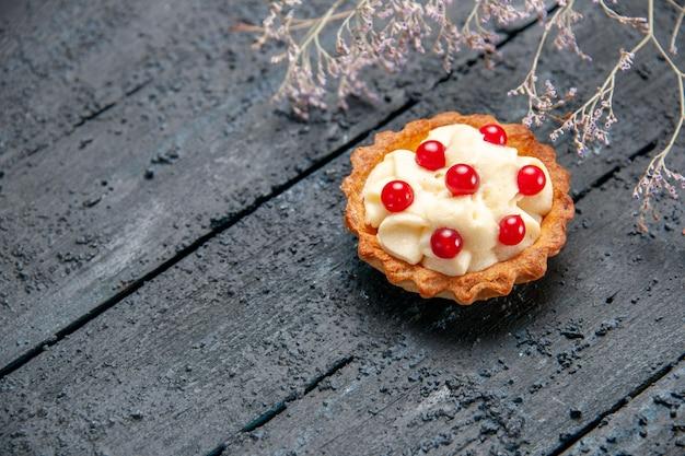 Bovenaanzicht taart met granaatappel op donkere grond met vrije ruimte