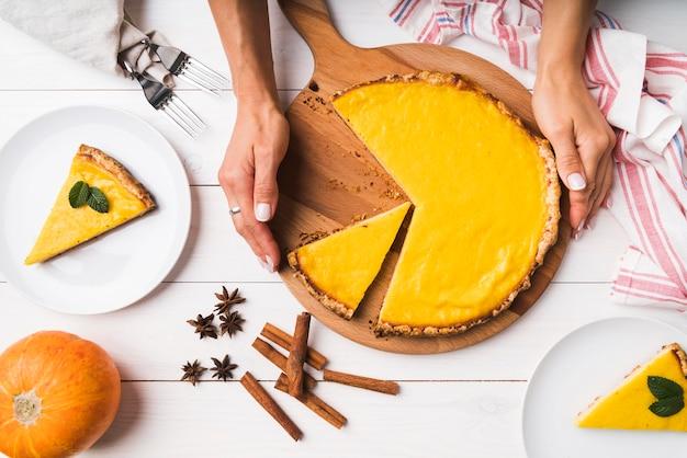 Bovenaanzicht taart op een houten bord