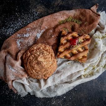 Bovenaanzicht taarten met ananas kruimels en gemalen pistachenoten in vod