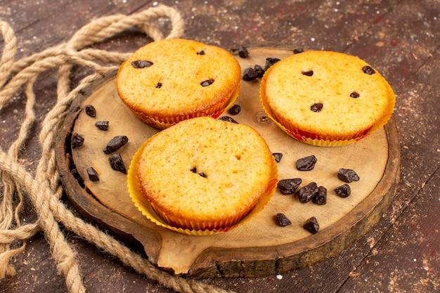 Bovenaanzicht taarten ronde zoete lekker heerlijk op de bruine houten rustieke vloer