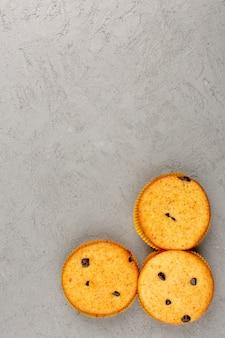 Bovenaanzicht taarten zoete heerlijke lekkere ronde op de grijze vloer