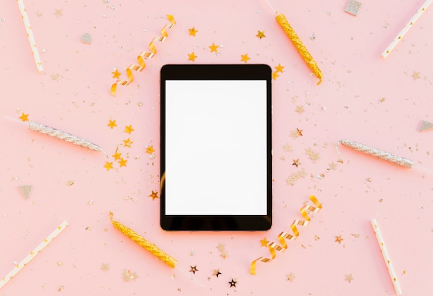 Bovenaanzicht tablet digitaal apparaat en kaarsen met linten