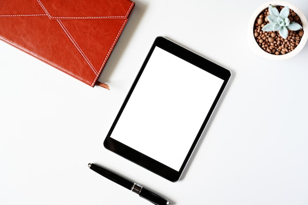 Bovenaanzicht tablet, laptop, pen en toetsenbord op bureau. bovenaanzicht met kopie ruimte.