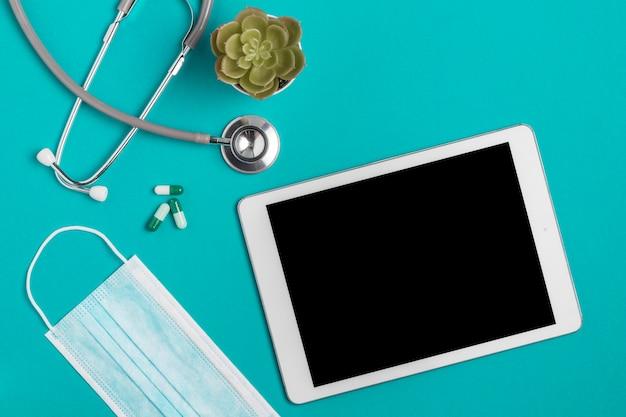 Bovenaanzicht tablet met medische stethoscoop