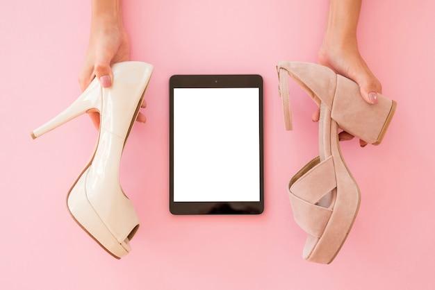 Bovenaanzicht tablet met schoenen