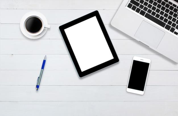 Bovenaanzicht tablet smartphone computer notitieblok op achtergrond hout