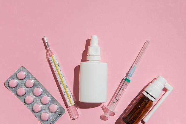 Bovenaanzicht tabletten met thermometer op tafel