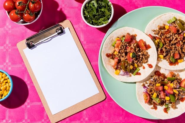 Bovenaanzicht taco's en klembord arrangement