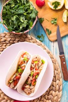 Bovenaanzicht taco's en peterselie kom