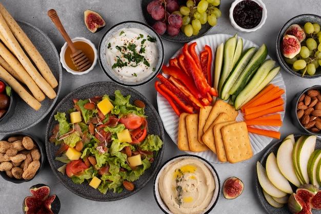Bovenaanzicht tafel vol heerlijk eten arrangement