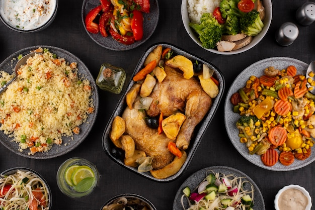 Bovenaanzicht tafel vol heerlijke voedselsamenstelling