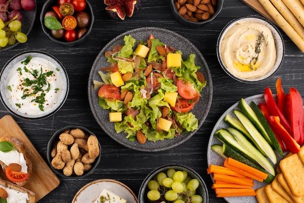 Bovenaanzicht tafel vol met heerlijk eten assortiment