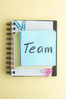 Bovenaanzicht team geschreven notitie met kleurrijke aantekeningen op papier op lichte achtergrond voorbeeldenboek kantoor werk kladblok zakelijk geld school pen baan