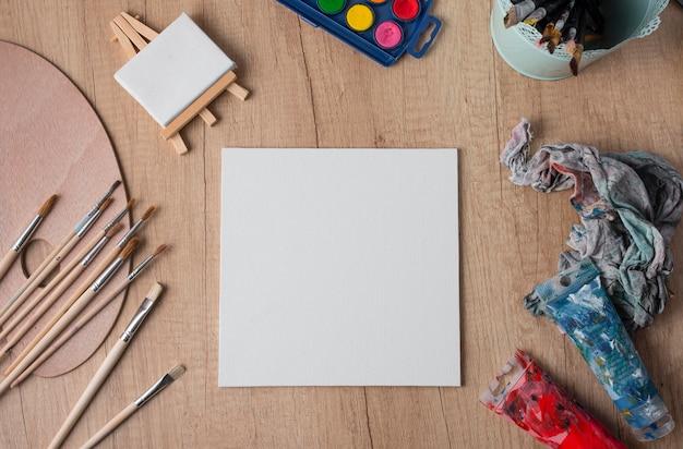 Bovenaanzicht tekengereedschappen op tafel
