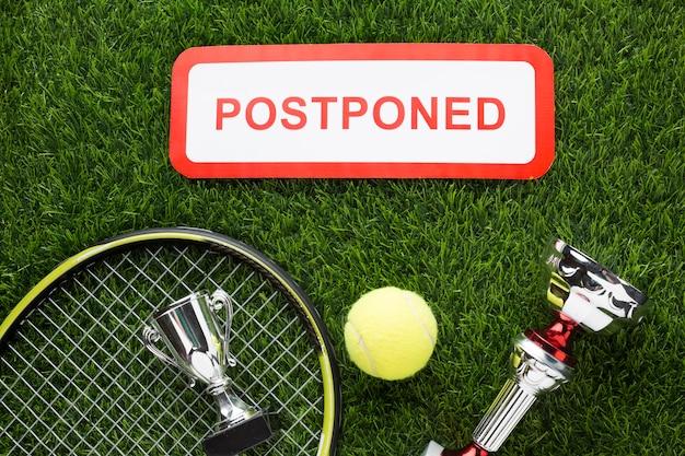 Bovenaanzicht tennis elementen arrangement met uitgesteld teken