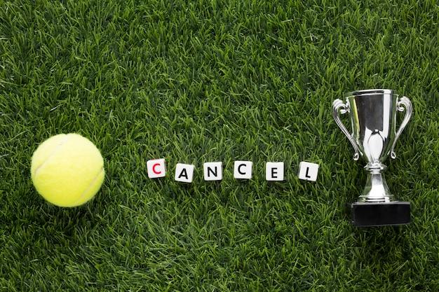 Bovenaanzicht tenniselementen arrangement naast geannuleerd bericht