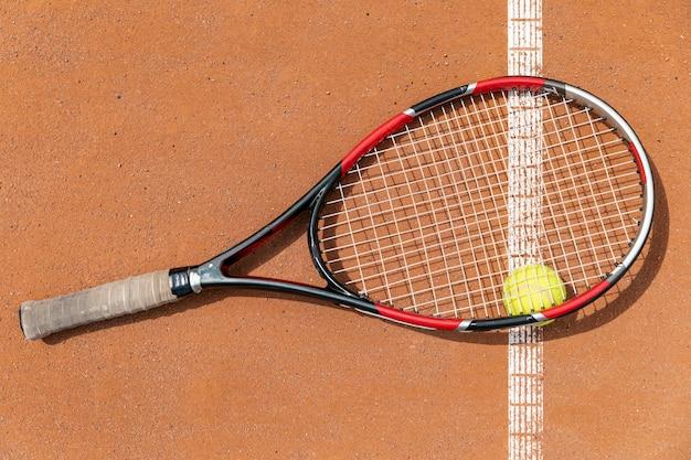 Bovenaanzicht tennisracket over bal