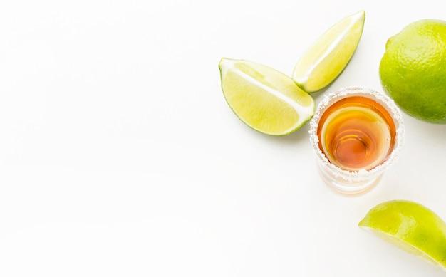 Bovenaanzicht tequila shot en limoen en zout met kopie-ruimte