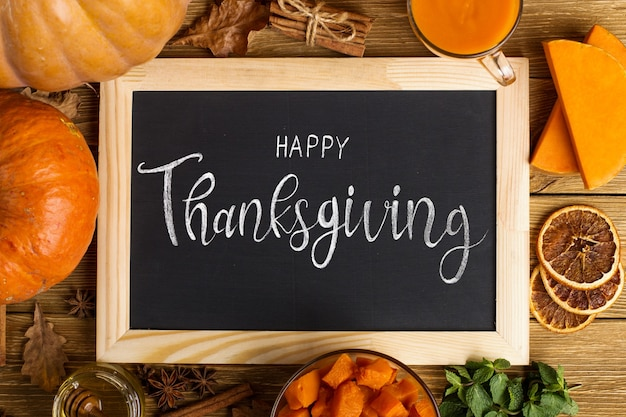 Bovenaanzicht thanksgiving-arrangement met schoolbord