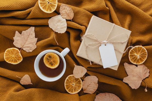 Bovenaanzicht thee en gedroogde schijfjes citroen met geschenkdoos