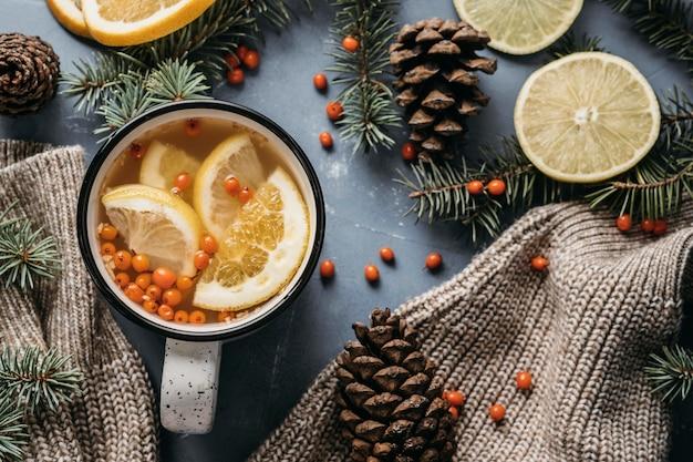 Bovenaanzicht thee met citroen en duindoorn in mok