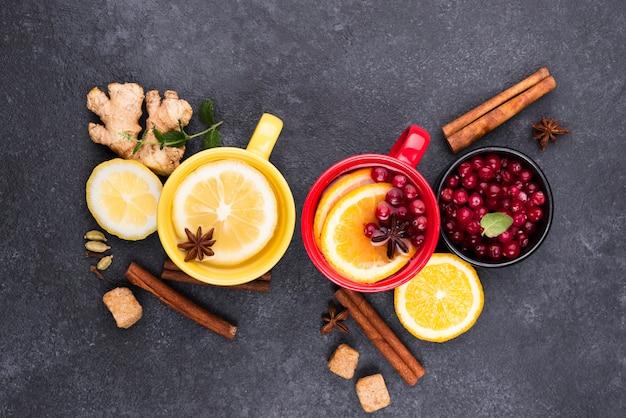 Bovenaanzicht thee met citroensmaak op tafel