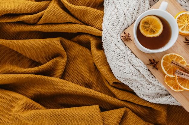 Bovenaanzicht thee met gedroogde schijfjes citroen