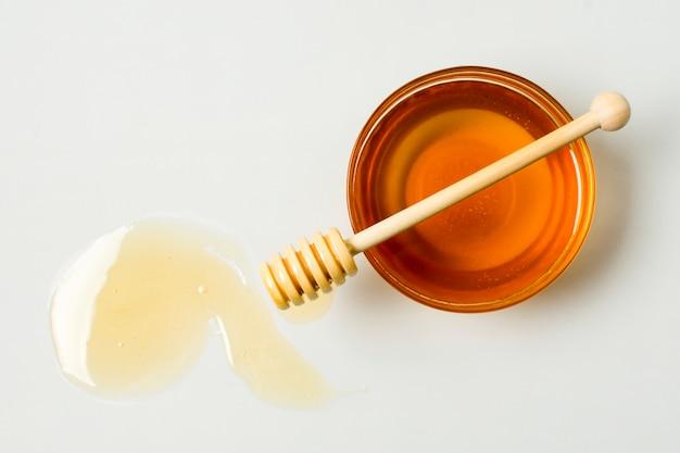 Bovenaanzicht thee met honing vlek