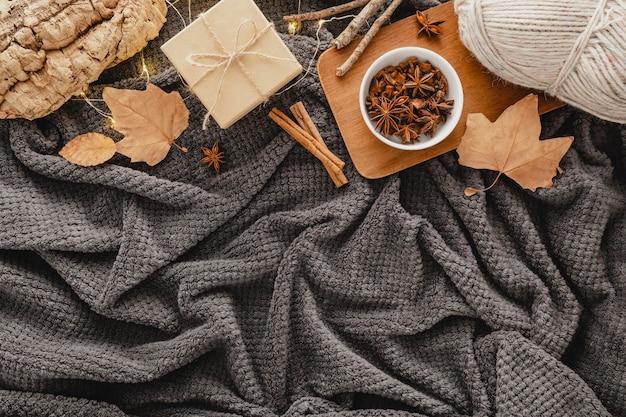 Bovenaanzicht thee met steranijs en geschenkdoos op deken